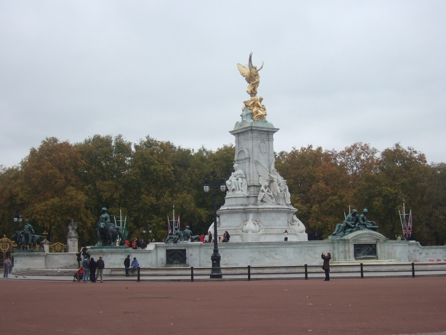 15_Victoria_Memorial_near_London_Buckingham_Palace