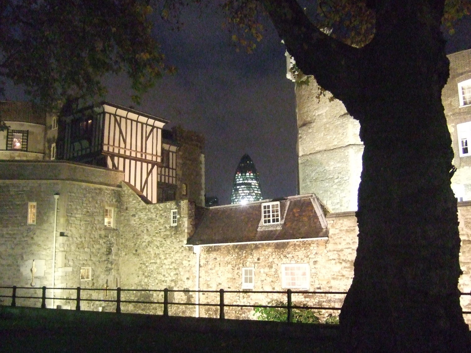18_Tower_of_London_at_night