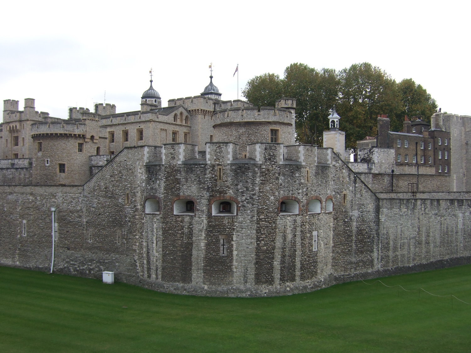 23_Tower_of_London_in_the_daytime